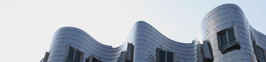 Silbrig scheinende Fassade des Gebäudes Neuer Zollhof Nr. 2 Architekt Frank Gehry